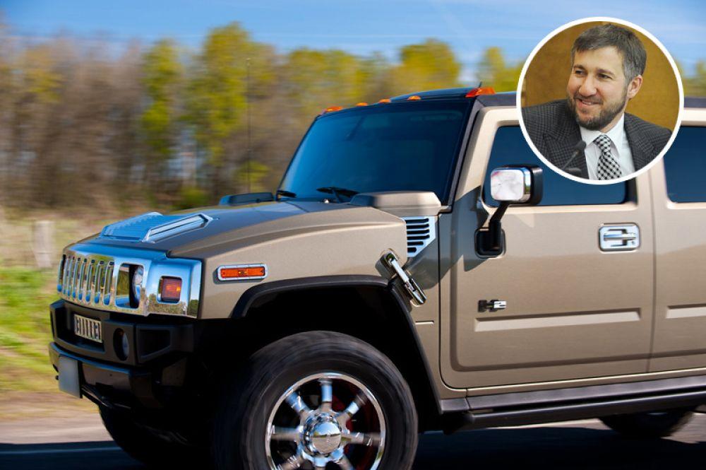 Депутат Госдумы Григорий Аникеев владеет автомобилями Hummer H2, двумя Mercedes-Benz, мотоциклом, вертолетом, машинами медицинской службы, несколькими лодками и вездеходом.
