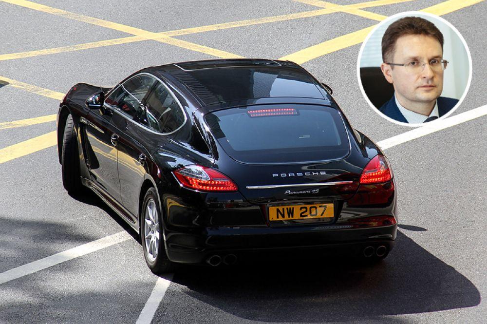 Депутат Владимир Блоцкий владеет двумя автомобилями Porsche — Cayenne и Panamera 4S.