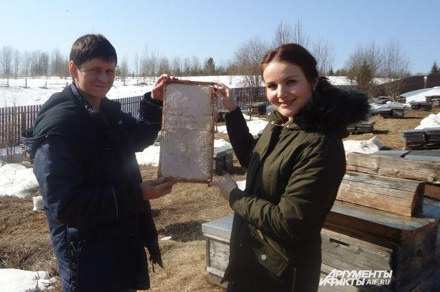 Василий и Юля вместе работают.