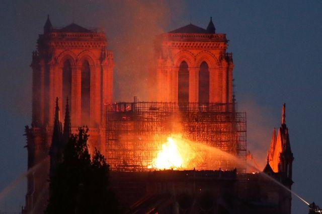 Реликвии, скорее всего, не пострадали при пожаре в Нотр-Дам-де-Пари