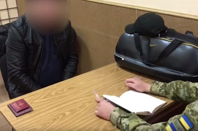 На видео Государственной погранслужбы Украины один из ростовских полицейских рассказывает о причинах своего бегства за границу.
