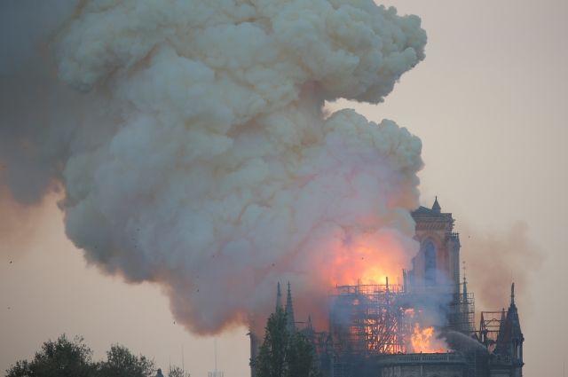 Пожарные озвучили возможную причину пожара в соборе Парижской Богоматери