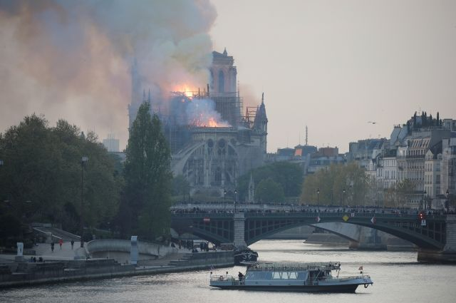 В горящем соборе Парижской Богоматери полностью обрушилась крыша