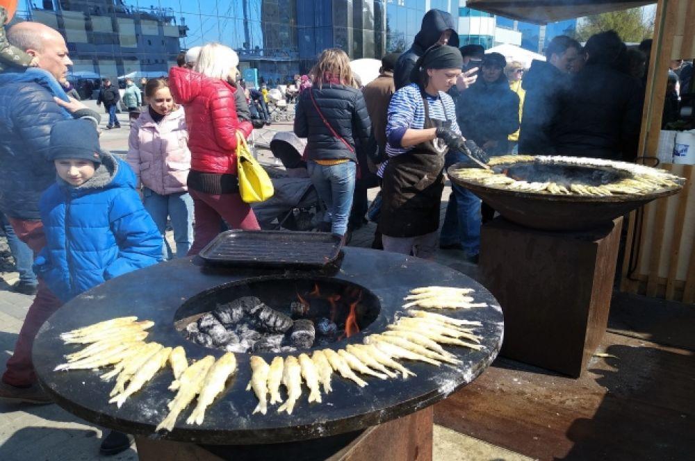 Калининградцев угощали вкуснейшими рыбными блюдами.