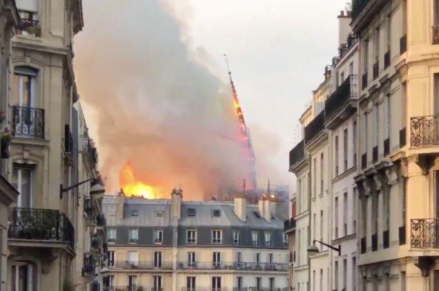 Момент обрушения шпиля собора Парижской Богоматери попал на видео