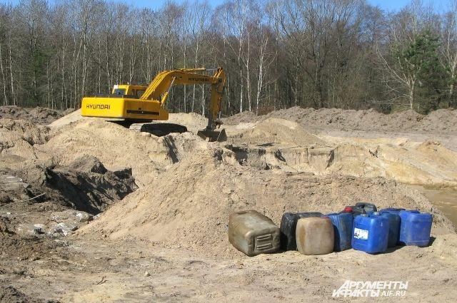 Ещё немного, и экскаватор с песком зачерпнёт нефтепровод.