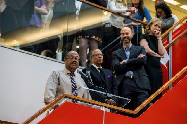 Член редакционной коллегии The New York Times получает Пулитцеровскую премию.