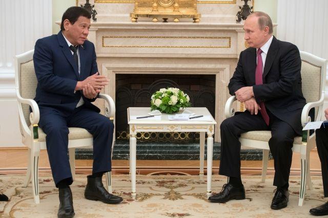 Дутерте и Путин на встрече в 2017 году.