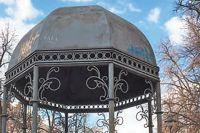 Кованые элементы придают парку французский шарм.