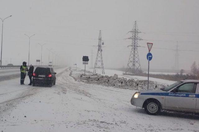 ГИБДД просит быть водителей осторожнее в снегопад