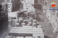 В Соль-Илецке камеры зафиксировали кражу велосипедов из магазина ночью.