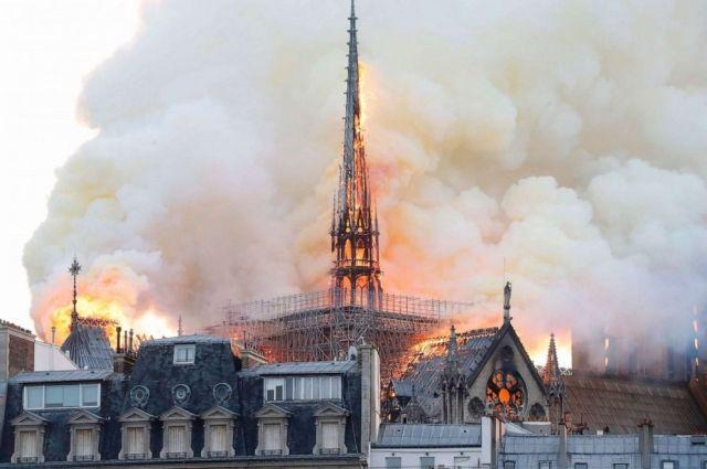 Пожар во французском соборе Нотр-Дам стал причиной ранений одного спасателя.