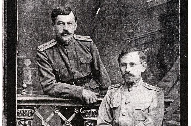 Братья бабушки тоже были офицерами: Дмитрий Андреевич (слева) - поручик жандармского корпуса, а Александр Андреевич (справа) - военный инженер.