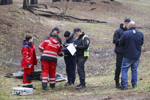 Тело находилось в кювете лесной зоны. Его нашли друзья умершего.