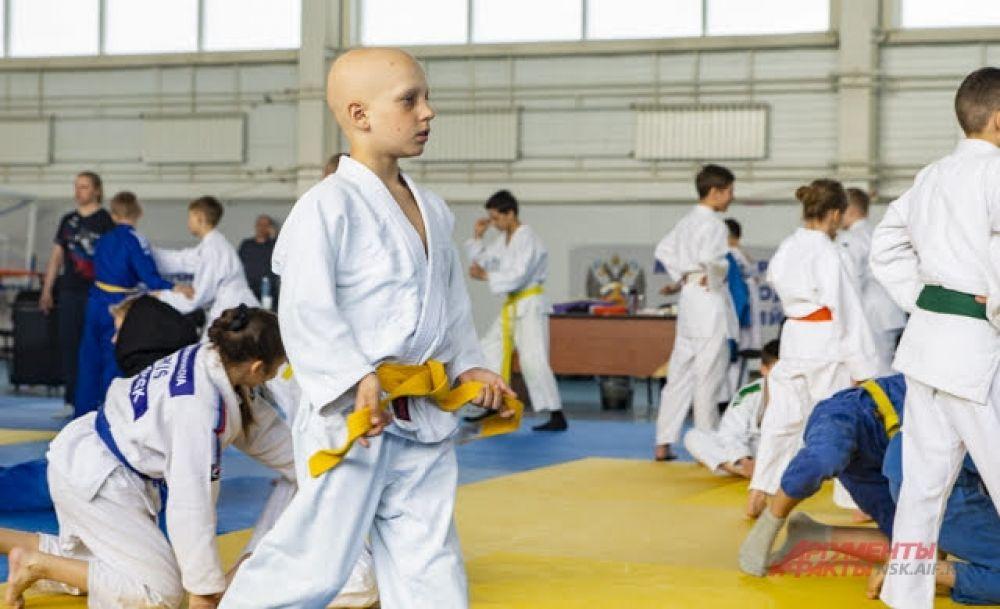 Девочки и мальчики различных возрастов и степени подготовки могли попробовать свои силы.