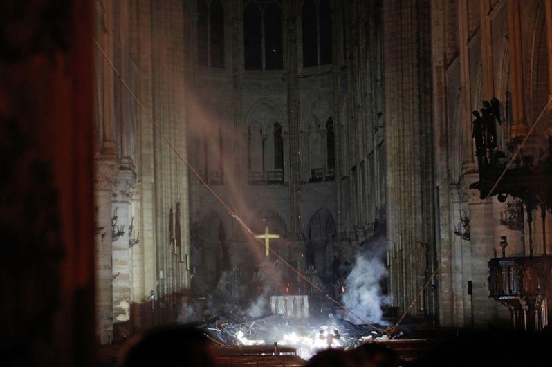 Главный алтарь после пожара.