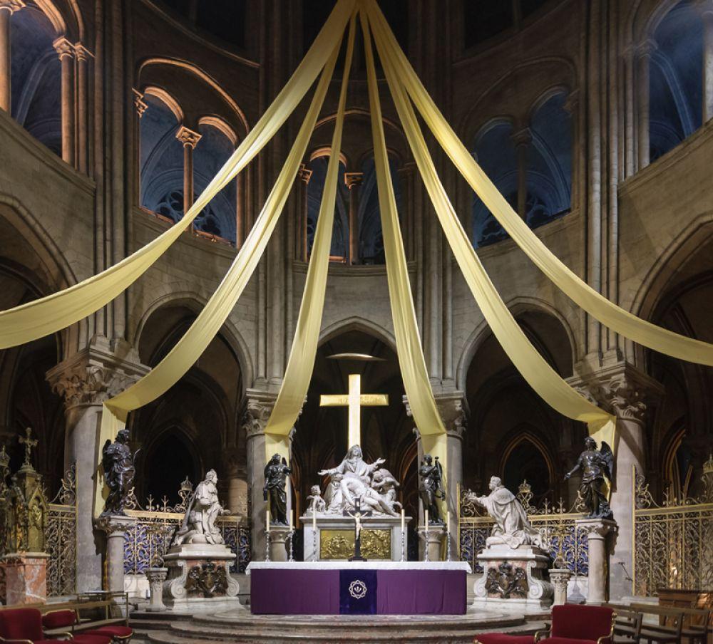 Главный алтарь собора со статуями Людовика XIII и Людовика XIV.