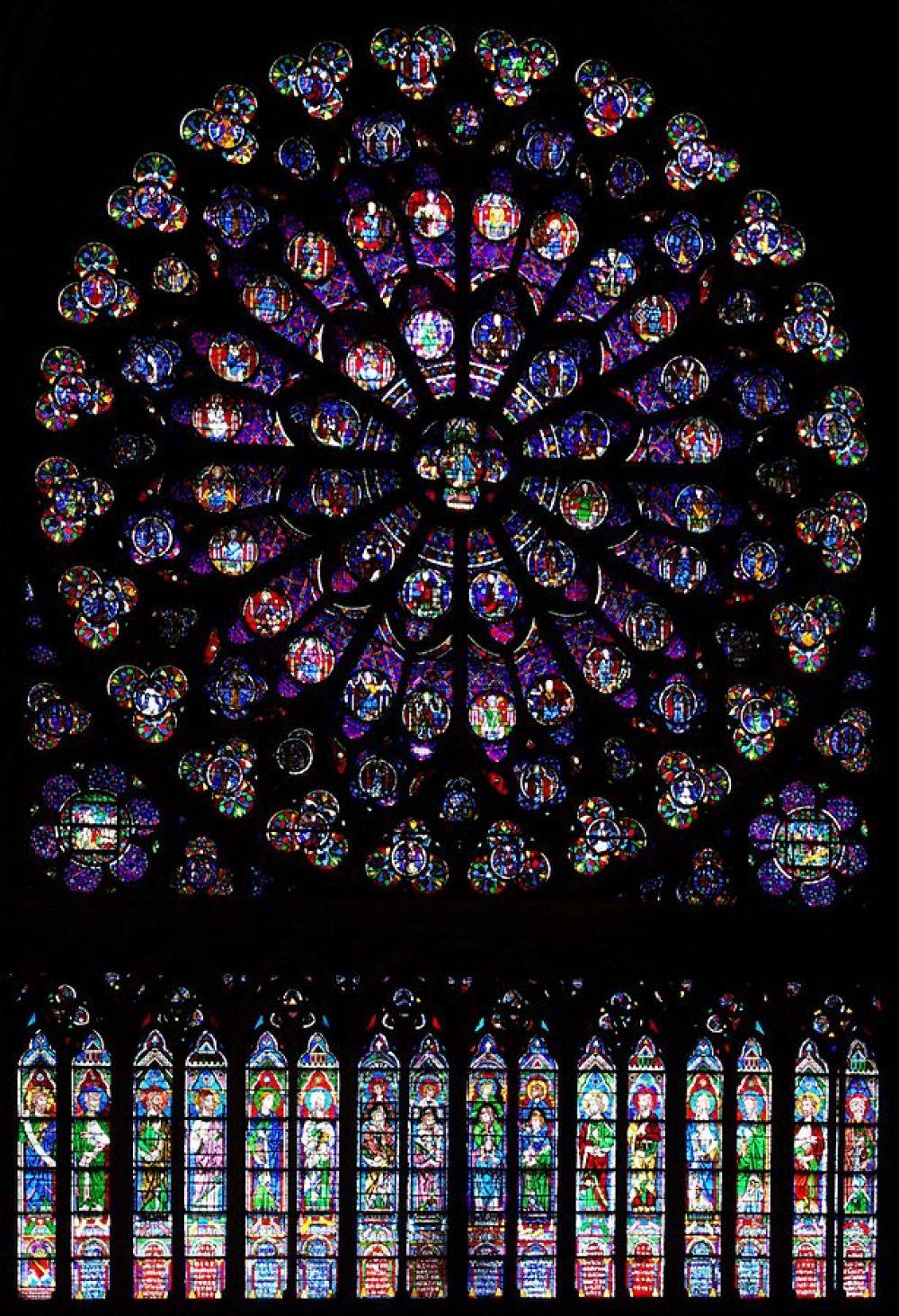 В соборе 110 застекленных витражами окон, через которые льётся дневной свет. На фото: южная роза, вид изнутри.