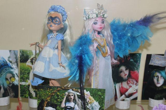 Егор переделывает фабричных кукол, заново создавая им лица, волосы и даже снабжая мелкими недостатками.