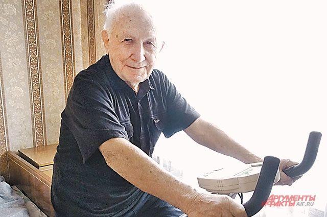 На велотренажёре Абрам Израилевич занимается каждый день: «Для сердца хорошо и для общего тонуса».