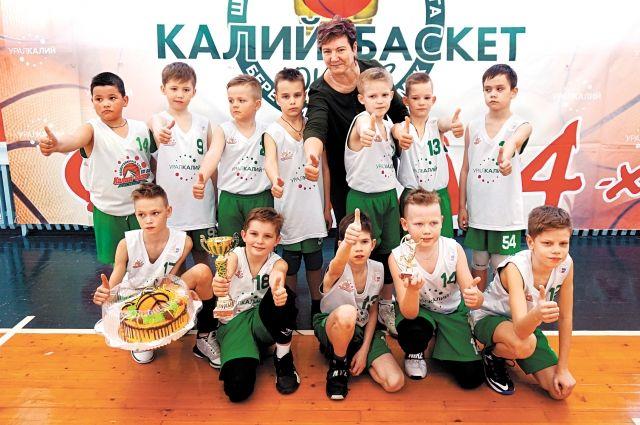 В поединке третьеклассников победу одержала команда соликамской школы со счётом 35:24.