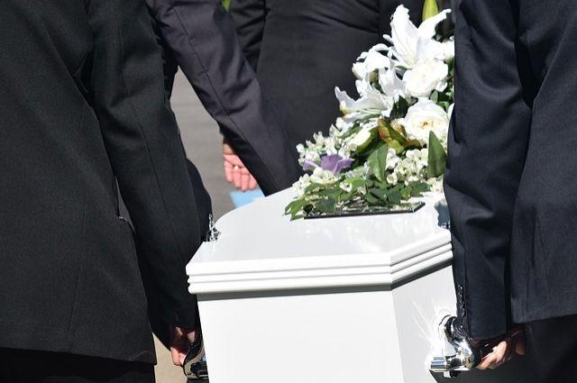 В Омской области ритуальная служб проводила похороны возле жилого дома