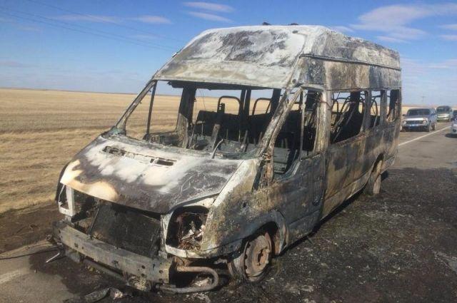В Адамовском районе на трассе сгорел Ford Transit