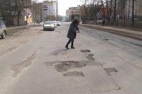 Корреспондент фиксирует яму, обнаруженную на улице Кольской, в приложении.