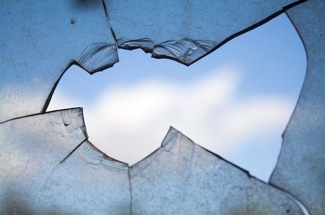 В результате хлопка выбило стёкла.