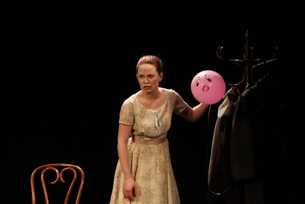 Спектакль полон разных эмоций. Актриса рассказывает то от лица маленькой Людмилы Гурченко, то перевоплощается в ее отца.