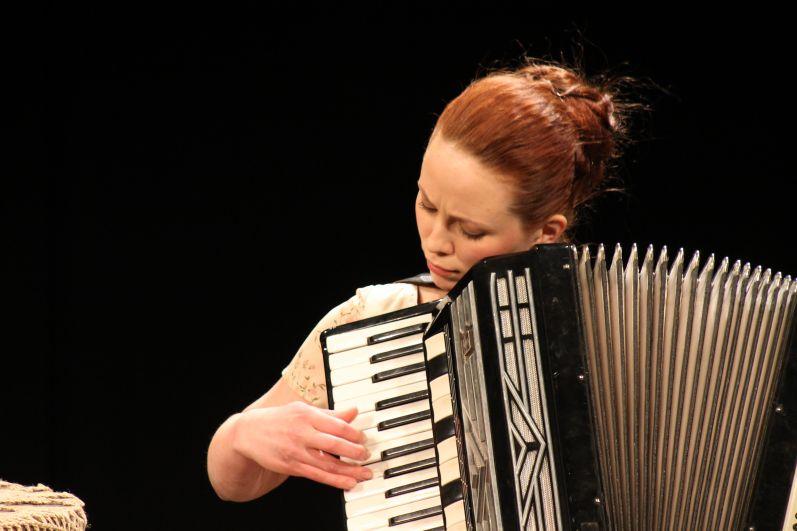 Анастасия Альмухаметова сама играет на аккордеоне.