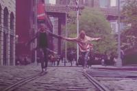 Трэвел-муви на пленке, искренность и любовь: Тоня Матвиенко презентовала клип «Доберман», в котором гуляет с мужем по Нью Йорку
