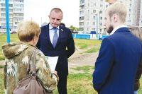 Иван Сухарев обсуждает благоустройство двора с избирателями.