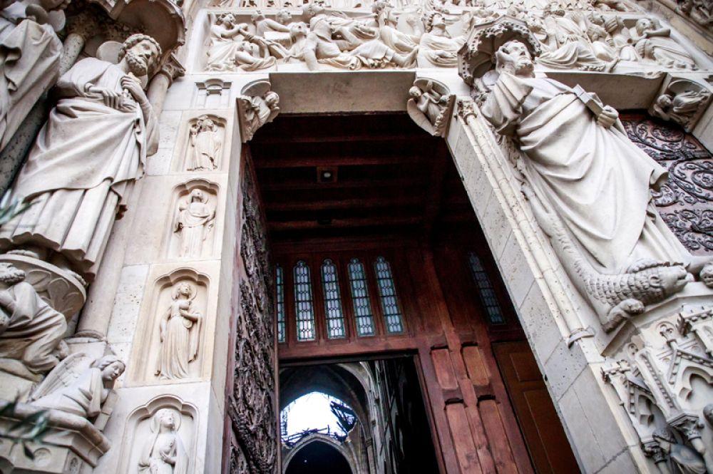 Разрушения в соборе, вид от главного входа.
