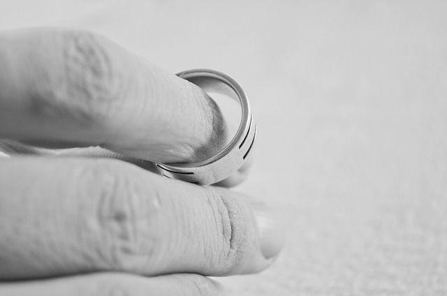 Мужчина попал в плен золотого кольца после двух дней употребления алкоголя