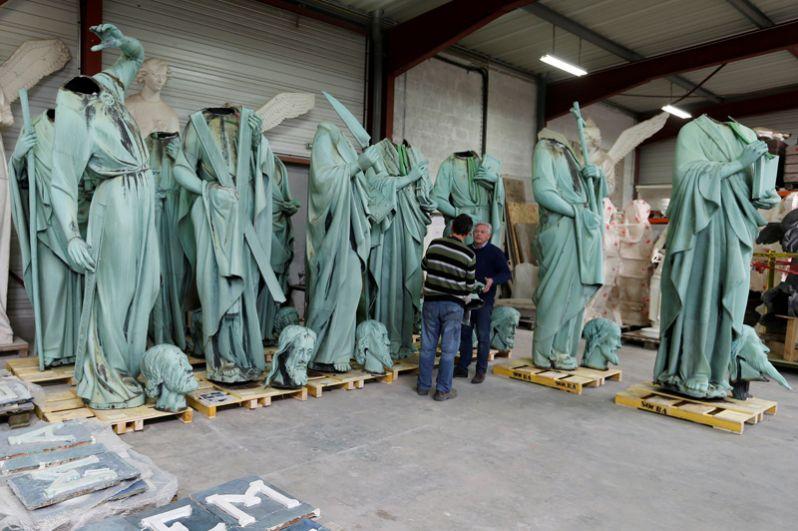 Уцелевшие статуи, украшавшие шпиль Нотр-Дама. Их сняли до пожара для того, чтобы увезти на реставрацию.