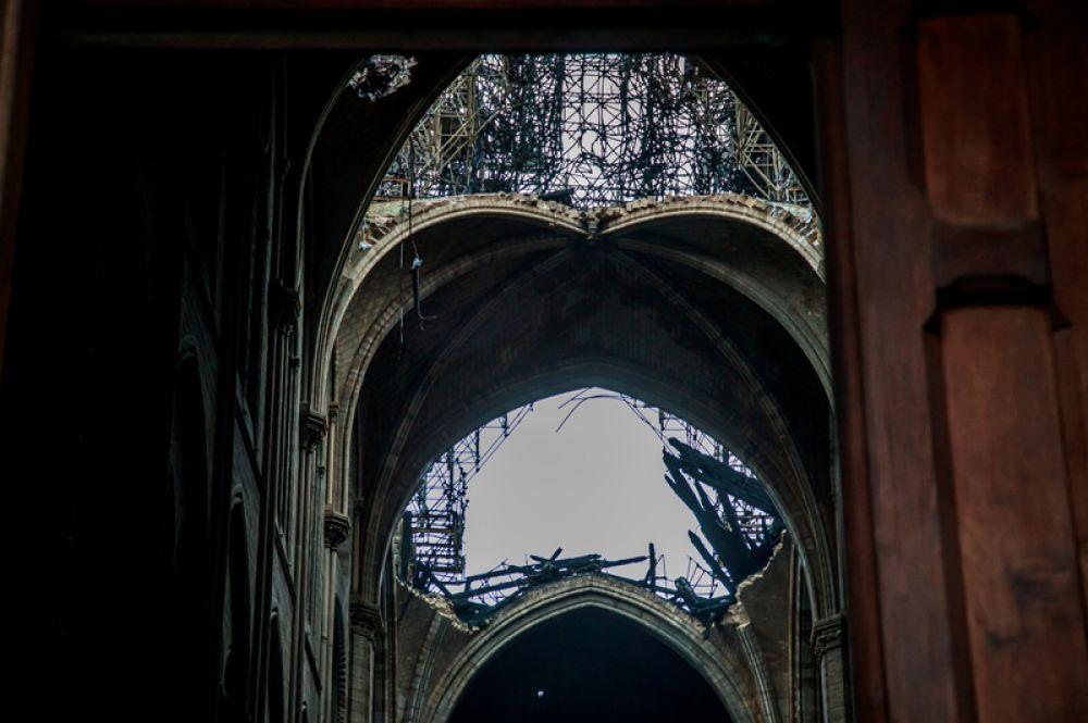Вид изнутри на сгоревшую крышу.