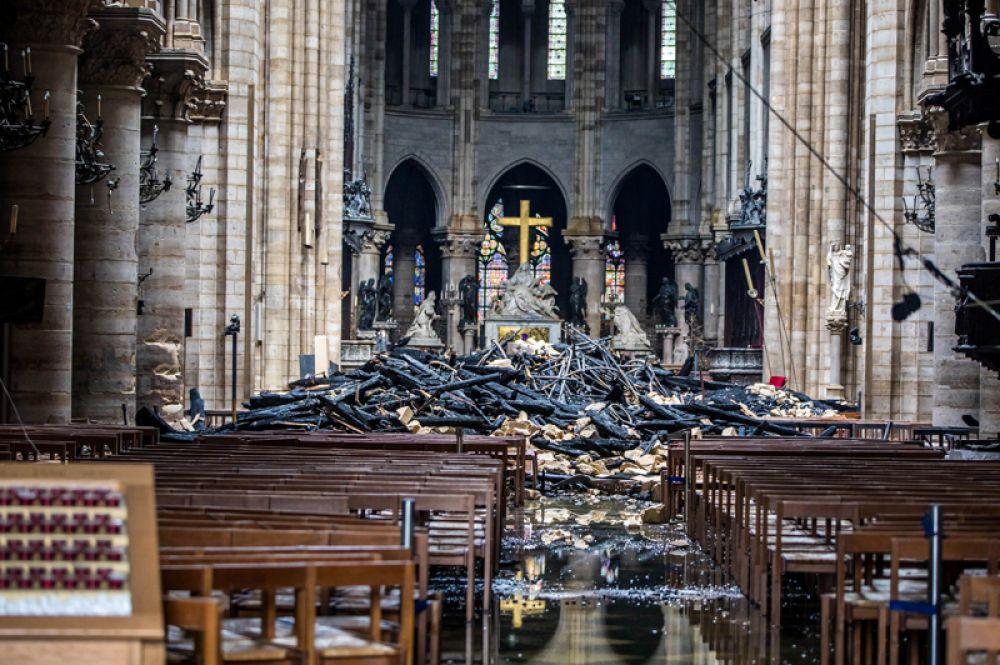 Алтарь. В центре — крест и скульптура «Пьета» Никола Кусту. По сторонам от нее — статуи Людовика XIII и Людовика XIV.