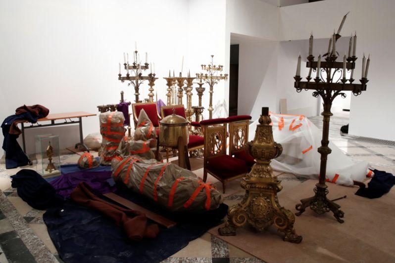 Спасенные сокровища из собора Нотр-Дам в мэрии Парижа.