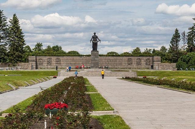 На Пискарёвском кладбище.