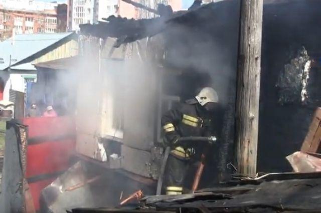 В Оренбурге на ул. Парижской Коммуны сгорели два дома