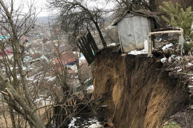 Год назад в этом же районе Георгиевска в пропасть уже летели постройки и заборы.