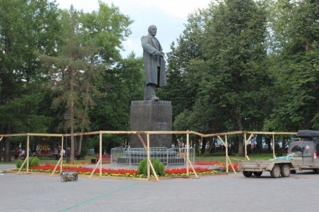 Сначала приведут в порядок памятник Ленину в сквере у театра оперы и балета.