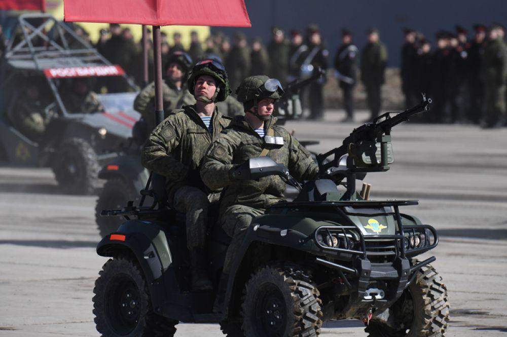 Военнослужащие ВДВ РФ на мотовездеходе АМ-1 на базе серийной модели РМ500-2.