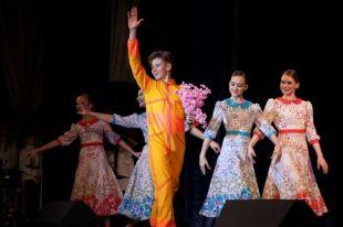 Победитель конкурса танцор Артём Буцык предстал в образе Юрия Гагарина.