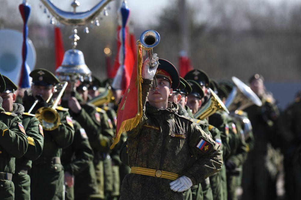 Военный музыкальный оркестр во время репетиции парада Победы на военном полигоне «Алабино».