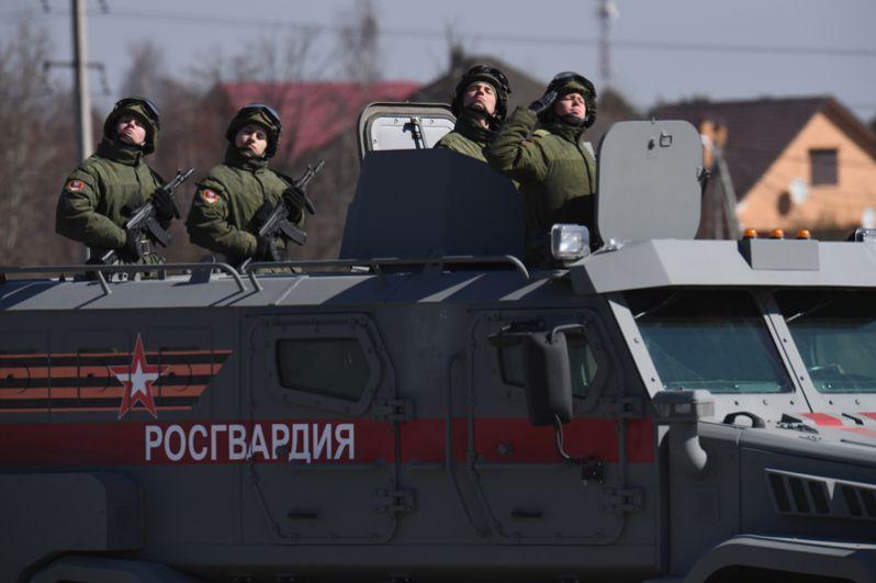 Военнослужащие Росгвардии РФ в бронеавтомобиле «Патруль».