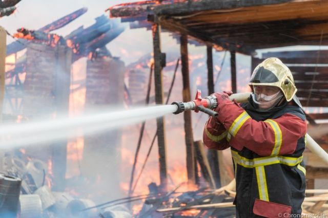 Возгорание было обнаружено в подсобном помещении на втором этаже здания.
