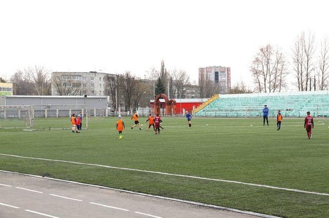 На стадионе Брянских партизан в Володарском районе установят детскую площадку и тренажёры.