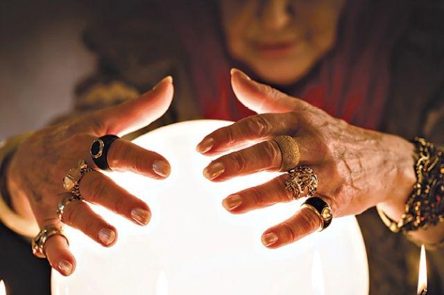 В ходе магического обряда женщина украла у пенсионерки золотые серьги 10 тысяч рублей.